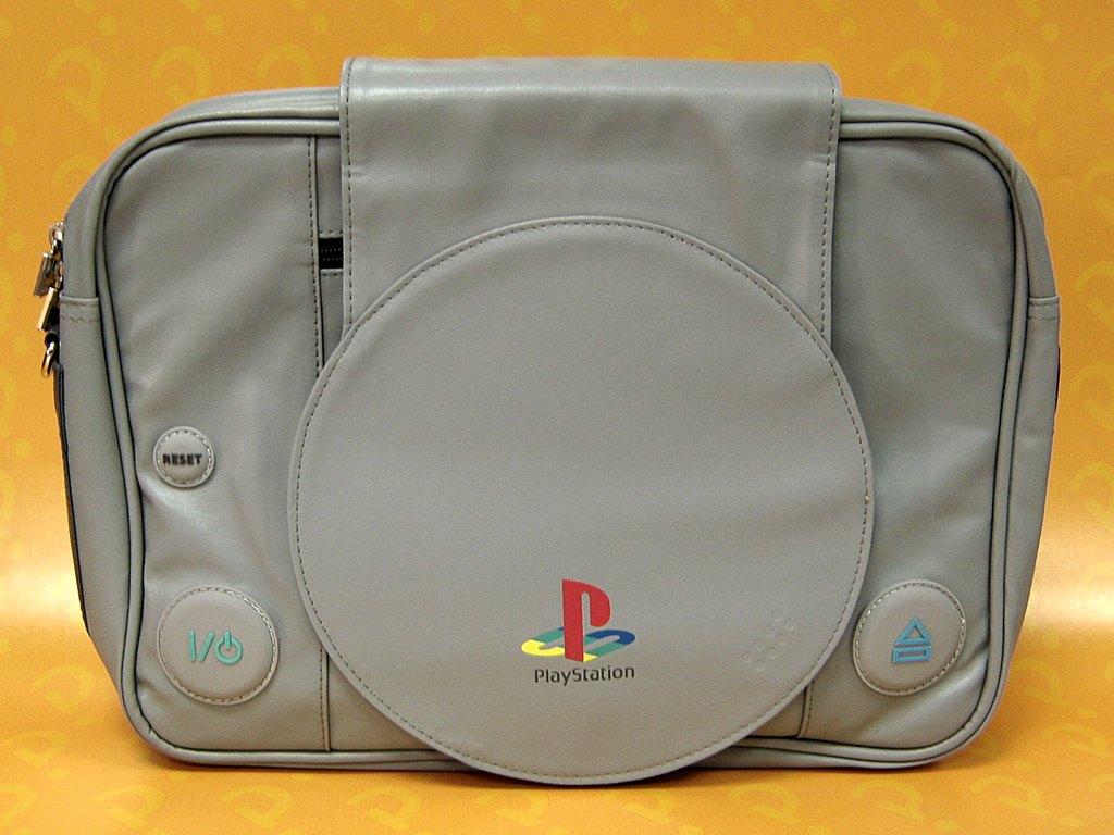 Сумка Playstation. Shaped Messenger BagПредставляем вашему вниманию сумку Playstation. Shaped Messenger Bag в форме культовой консоли Sony PlayStation.<br>
