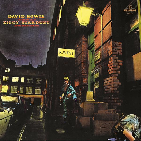 David Bowie. The Rise And Fall Of Ziggy Stardust And The Spiders From Mars  (LP)Представляем вашему вниманию изданный на виниле альбом David Bowie  The Rise And Fall Of Ziggy Stardust And The Spiders From Mars – пятый студийный и первый концептуальный альбом британского музыканта Дэвида Боуи, изданный в 1972 году. Диск достиг пятого места в хит-параде Великобритании и 75-го – в американском чарте журнала Billboard.<br>