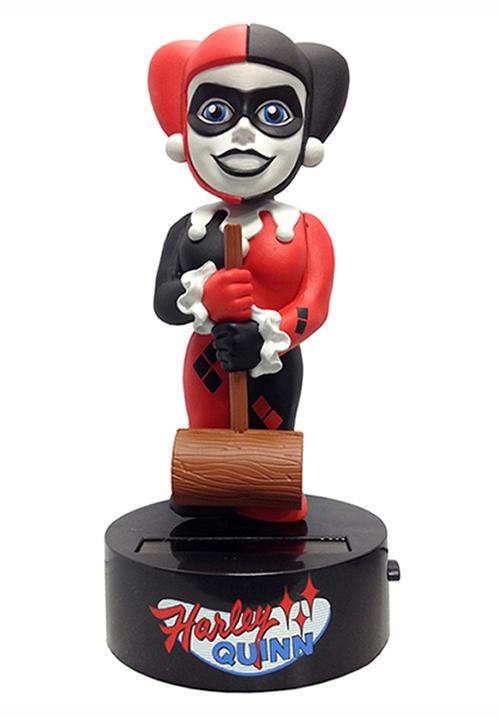 Фигурка на солнечной батарее DC Comics: Classic Harley Quinn (15 см)Представляем вашему вниманию фигурку-телотряс на солнечной батарее. Classic Harley Quinn, выпущенную по мотивам комиксов DC Comics и воплощающую собой одну из самых популярных девушек в мире комиксов Харли Квинн.<br>
