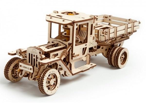 Конструктор 3D-пазл Ugears. Грузовик UGM-11Представляем вашему вниманию конструктор 3D-пазл Ugears. Грузовик UGM-11 в базовой комплектации, включающей подставку для визиток, открывающиеся двери, открывающийся капот, педаль газа и прочее.<br>