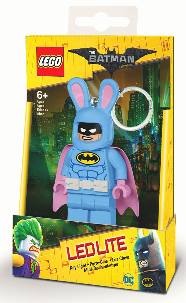 Брелок-фонарик для ключей LEGO Batman Movie (Лего Фильм: Бэтмен) – Easter Bunny BatmanПредставляем вашему вниманию брелок-фонарик для ключей LEGO Batman Movie (Лего Фильм: Бэтмен) – Easter Bunny Batman, созданный по мотивам одноименного мультфильма режиссёра Криса МакКея, рассказывающего о приключениях Бэтмена и его напарника Дика Грейсона, которого он, сам того не помня, усыновил на одном из светских приемов.<br>