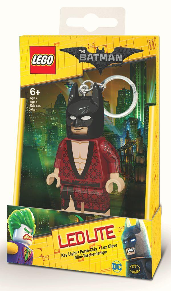 Брелок-фонарик для ключей LEGO Batman Movie (Лего Фильм: Бэтмен) – Kimono BatmanПредставляем вашему вниманию брелок-фонарик для ключей LEGO Batman Movie (Лего Фильм: Бэтмен) – Kimono Batman, созданный по мотивам одноименного мультфильма режиссёра Криса МакКея, рассказывающего о приключениях Бэтмена и его напарника Дика Грейсона, которого он, сам того не помня, усыновил на одном из светских приемов.<br>