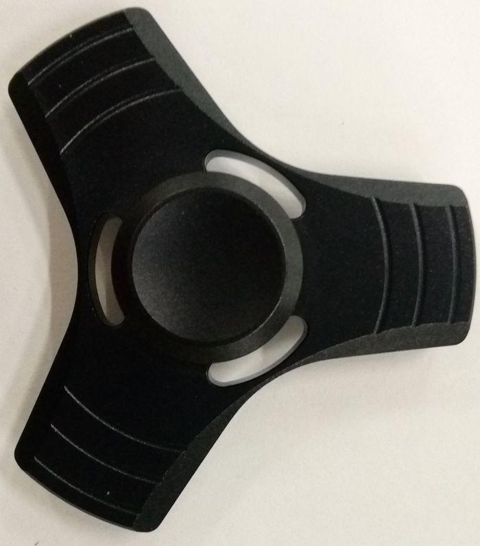 Спиннер алюминиевый – металлический подшипник (черный)Алюминиевый спиннер Spin Kings – это классная игрушка, которую просто крутят в руках. Функционал ее весьма небольшой, но удовольствие которое она дает – безгранично. Ее можно крутить в руке, крутить в кармане, в метро, в пробке, в очереди… Для начала игры необходимо всего лишь зажать между большим и указательным пальцем средний подшипник и крутануть корпус средним пальцем или второй рукой. Спиннер можно перекидывать с одного пальца на другой, придумывать разные трюки, ловить эффект гироскопа.<br>