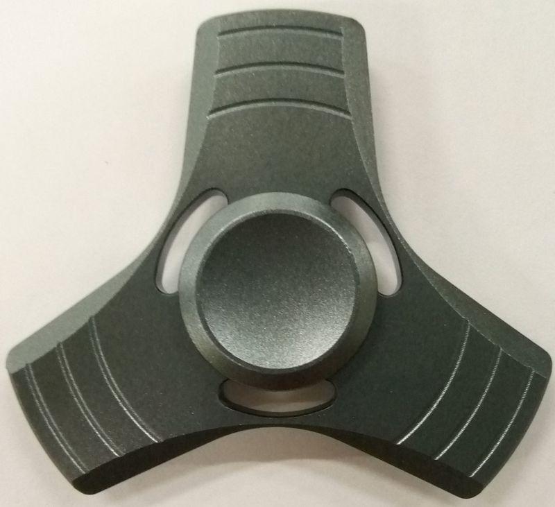 Спиннер алюминиевый – металлический подшипник (серый)Алюминиевый спиннер Spin Kings – это классная игрушка, которую просто крутят в руках. Функционал ее весьма небольшой, но удовольствие которое она дает – безгранично. Ее можно крутить в руке, крутить в кармане, в метро, в пробке, в очереди… Для начала игры необходимо всего лишь зажать между большим и указательным пальцем средний подшипник и крутануть корпус средним пальцем или второй рукой. Спиннер можно перекидывать с одного пальца на другой, придумывать разные трюки, ловить эффект гироскопа.<br>