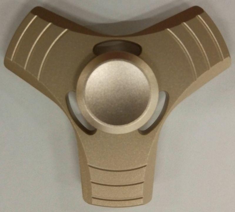 Спиннер алюминиевый – металлический подшипник подшипник (бронзовый)Алюминиевый спиннер Spin Kings – это классная игрушка, которую просто крутят в руках. Функционал ее весьма небольшой, но удовольствие которое она дает – безгранично. Ее можно крутить в руке, крутить в кармане, в метро, в пробке, в очереди… Для начала игры необходимо всего лишь зажать между большим и указательным пальцем средний подшипник и крутануть корпус средним пальцем или второй рукой. Спиннер можно перекидывать с одного пальца на другой, придумывать разные трюки, ловить эффект гироскопа.<br>