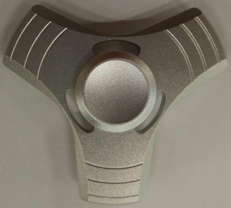 Спиннер алюминиевый – металлический подшипник (серебряный)Алюминиевый спиннер Spin Kings – это классная игрушка, которую просто крутят в руках. Функционал ее весьма небольшой, но удовольствие которое она дает – безгранично. Ее можно крутить в руке, крутить в кармане, в метро, в пробке, в очереди… Для начала игры необходимо всего лишь зажать между большим и указательным пальцем средний подшипник и крутануть корпус средним пальцем или второй рукой. Спиннер можно перекидывать с одного пальца на другой, придумывать разные трюки, ловить эффект гироскопа.<br>
