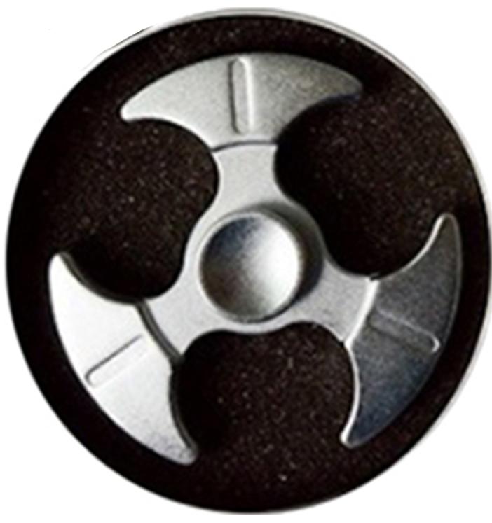 Спиннер металлический: Серебряный (1 подшипник)Металлический спиннер серебряного цвета от Spin Kings – это классная игрушка, которую просто крутят в руках. Функционал ее весьма небольшой, но удовольствие которое она дает – безгранично. Ее можно крутить в руке, крутить в кармане, в метро, в пробке, в очереди…<br>