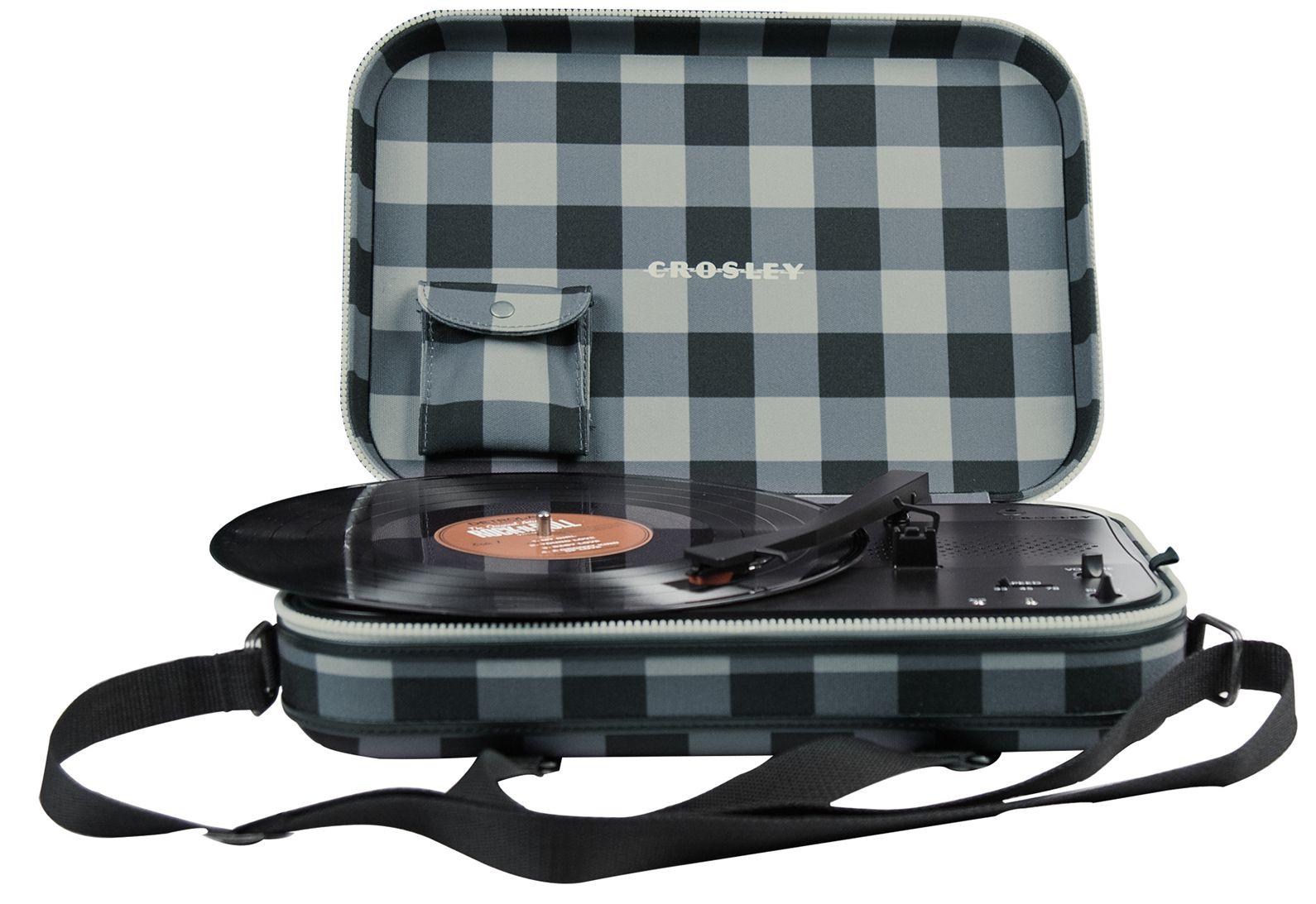Виниловый проигрыватель Crosley Messenger (CR8016A-GC)C музыкой по пути! Стильная сумка через плечо, легкий вес, модный дизайн, три скорости воспроизведения пластинок, возможность работы от батареек или блока питания, встроенные колонки или джек для наушников – все это Сrosley Messenger.<br>