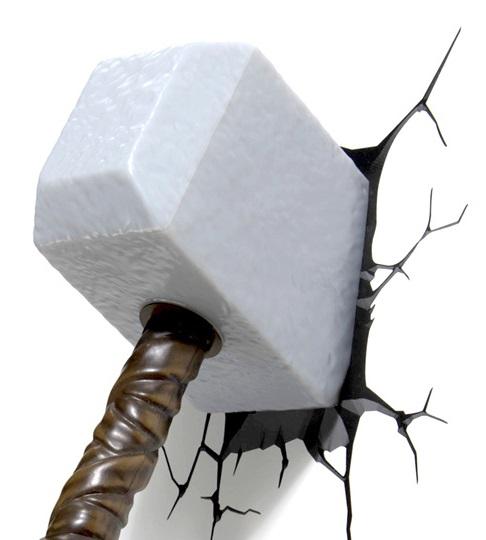 3D-Светильник Thor HammerБудьте оригинальны в выборе подарка! Если вы хотите преподнести нечто неординарное, то обратите внимание на 3D светильник от 3DLightFX, выполненный в виде молота Тора, который буквально въехал в стену, оставив на ней трещины.<br>