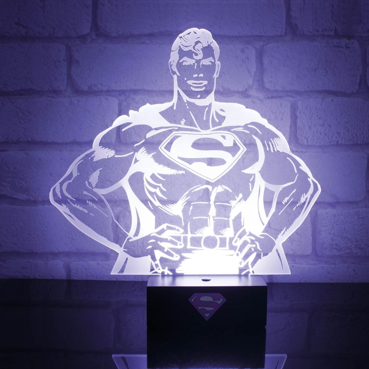 Настольная лампа DC Comics: Superman HeroНастольная лампа DC Comics: Superman Hero создана по мотивам вселенной DC Comics и выполнена в виде трехмерного портрета одного из самых известных супергероев – Супермена.<br>