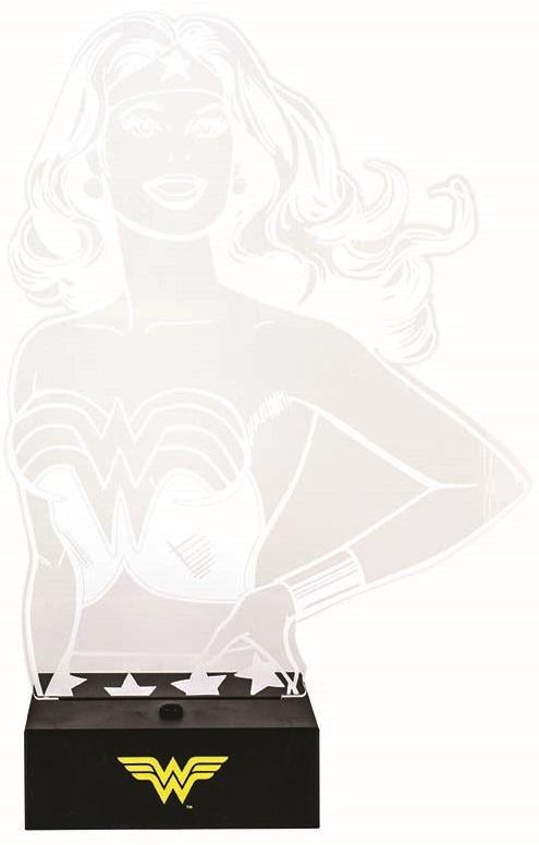 Настольная лампа DC Comics: Wonder Woman HeroНастольная лампа DC Comics: Wonder Woman Hero создана по мотивам вселенной DC Comics и выполнена в виде трехмерного портрета одной из самых известных супергероинь – Чудо-Женщины.<br>