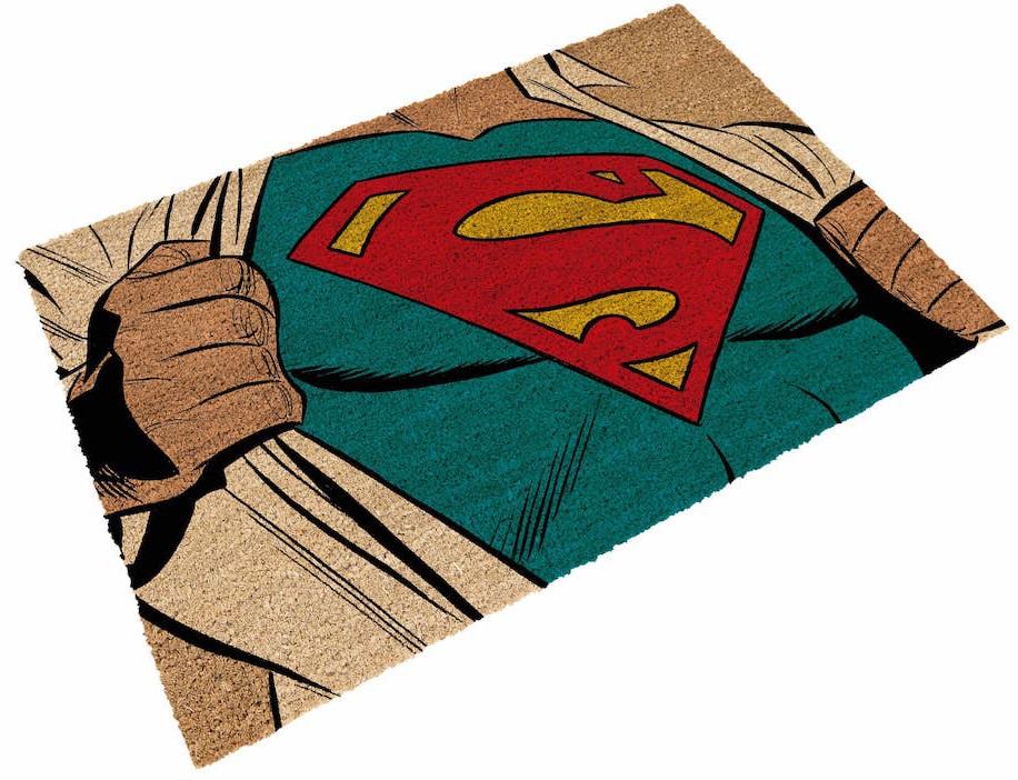 Придверный коврик СуперменПридверный коврик Супермен создан по мотивам комиксов вселенной издательства DC, на нем изображен один из самых известных супергероев – Супермен.<br>