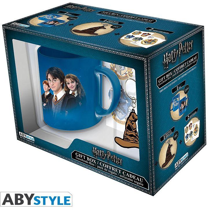 Подарочный набор Harry Potter (кружка, брелок, наклейки)Подарочный набор Harry Potter создан по мотивам культовой серии фильмов о юном волшебнике «Гарри Поттер». В набор входит кружка, брелок и наклейки.<br>