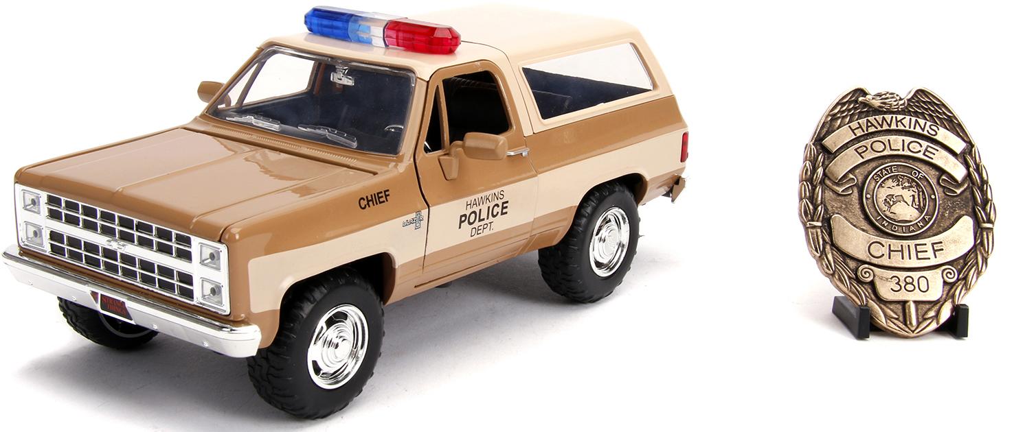 Набор Stranger Things: модель машины 1980 Chevy K5 Blazer (масштаб 1:24) + полицейский жетон Police Badge